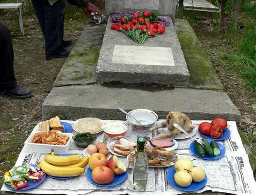поминальный стол возле могилы